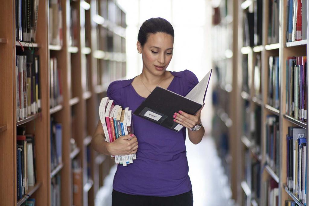 Ücretsiz emlak eğitimleri için kütüphanede araştırma yapan kadın