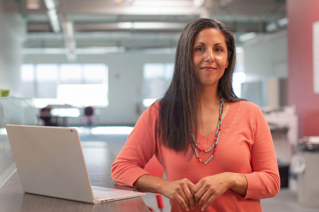 Çok çalışarak yüksek maaş kazanan kadın gayrimenkul danışmanı